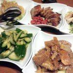 「鉄板中華 銀座夜市(ぎんざよいち)」は大人の屋台がコンセプトのカジュアルな中華料理店。野菜、肉、魚介、どれもおいしくてリーズナブル。デートやパーティーにもってこいです。