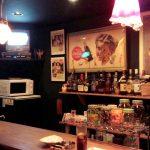 駒沢通り沿いの「ゴールデン(GOLDEN)」(学芸大学)はレトロで楽しいバー。かわいらしい店長との会話も弾みます