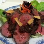 「大衆画廊酒場 春駒」(西小山・武蔵小山)のお母さんの手料理、息子さんのローストビーフ、かわいらしい絵画にほっこりしました