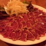 「Bistro ひつじや」(代々木・新宿)は羊のタタキ、羊のハツステーキなどがおいしい羊だらけの羊料理専門店。ビール・ワインは超激安!