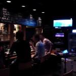 「Cafe&MixBar cross(クロス)」(学芸大学)は面白いヤツらやかわいい子がいる、カラオケもあるハイテンションな楽しいバーです