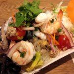 「本格タイ料理バル プアン(puan) 学芸大学店」のランチはガッツリで、夜メニューは穏やか。控えめに味付けされた料理はどれも食べやすかったです。一人でも大丈夫ですが、友達と一緒にわいわい盛り上がろう!