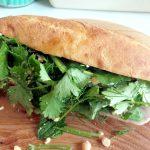 「スタンドバインミー(Stand Bánh Mì)」(学芸大学)はバインミーがメインのベトナム料理店。こだわりのパンと具材がいいバランスで、パクチーとハーブが爽やか。ベトナムとフランスが混ざり合ったお店の雰囲気もオシャレです。