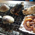 「浜茶屋 やましょう」(茨城県鹿嶋市)で焼きはまぐりを食べて浜焼き気分。その後、海沿いのカフェバー「NALU's TOY BOX」(鉾田市)でのんびりした、おじいちゃんとおっさんのある日曜日の話