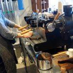 「AMAMERIA COFFEE ROASTER(アマメリアコーヒーロースター)」(学芸大学・西小山/碑文谷)は焙煎もやっているコーヒー豆販売店。店内で濃厚で香ばしいコーヒーも飲めます