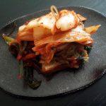 韓国食材・惣菜・精肉店「アンガ食品」(武蔵小山)の安さんがつくる甘くて濃厚な白菜キムチは人生でもっともおいしいキムチでした。豚キムチ、キムチチゲも狂おしいほどうまかったです。衝撃的。