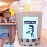 BOBA TOKYO/ボバ トーキョー(学芸大学)のタピオカミルクティーはモッチリ、トゥルンでおいし気持ちいい。テイクアウトはもちろん、その場でも飲むことができます。