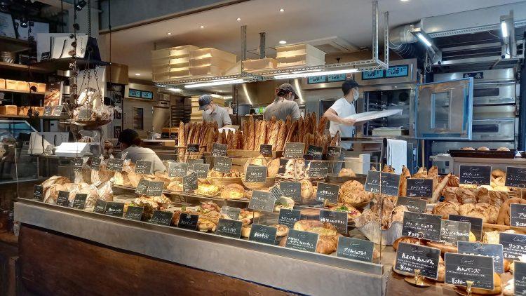 数十種のパンが並ぶComme'N TOKYO(コム・ン)