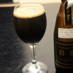 橋本酒店(目黒区上目黒)の「Espresso Beer 目黒」はスモーキーでコクのあるエスプレッソのような黒ビール。昭和の蛇崩に思いを寄せて、ほろ苦いビールで晩酌なんていかがですか?