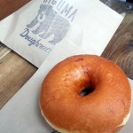 「Higuma doughnuts(ヒグマドーナッツ)」(学芸大学)のフワッフワでモチッとした揚げたてドーナッツは、素材のおいしさが引き立っている優しくて心温まるドーナツでした。