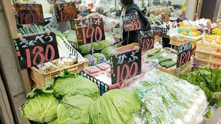 青果フレッシュひろきに並ぶ新鮮で大きな野菜