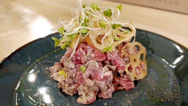 華やかなホドケバの料理のひとつ牛肉のタルタル