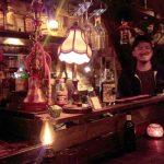 「Bar huddle(ハドル)」(三軒茶屋/下馬)は海外からの旅行者も多くやって来る、英語が飛び交う隠れ家バー。人と人がつながるこの空間にはポジティブな空気が充満しています。