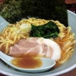「家丸」(駒沢大学)は骨太の家系ラーメン。豚骨も醤油もガッツリでパンチがあります。ライスは無料でおかわり自由