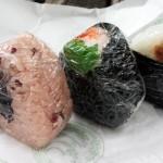 「飯塚精米店」(学芸大学)のおむすびを碑文谷公園で食べてきた~おしゃべり好きなお母さんは、おむすびと黒板で店と人と街とを結ぶ