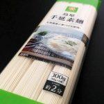 スマイルライフの島原手延素麺(製造者:たなか物産)は穏やかな歯切れで風味豊か。ただ、ゆで時間がシビアなので要注意。ついでにたなか物産の素麺にも要注意。