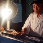 西小山の焼きとん屋「やきとり 丸東(まるとう)」はあまりにもフォトジェニック~うまい串・刺し・煮込み、古びた店、かっこいい店主、すべてが美しい