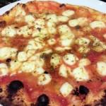 「イタリアの食堂 Massimottavio(マッシモタヴィオ)」(永福町)のモチモチでジューシーなピザは激ウマで、自家製サルシッチャも特製リモンチェッロも最高!ワイガヤなピザっていいよねっ