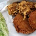松井精肉店の揚げたてコロッケ、メンチカツ、鶏のから揚げ(キャベツ付)を世田谷公園でいただく至福の昼下がり