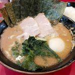 横浜ラーメン おか本(駒沢大学)の家系ラーメンは豚骨感が強めでまろやか。女性客が多く、家系に慣れていない人でも食べやすいラーメンです。