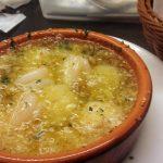 スペインバル「エル・ロセヨ(BAR&DELI ROSSELLO)」(学芸大学)はスペイン人が腕を振るう、パンチのある料理がおいしい賑やかなお店。軽めのタパスからガッツリなパエリヤまで本場の味が楽しめます。