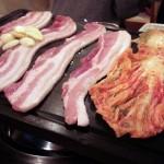 学芸大学の韓国料理屋「サランバン」では、たらふく食って、いっぱい飲んで、みんなでワイワイやるのが流儀。だってここはサランバン!~サムギョプサル、タッカンマリ、ケジャンに食らいつく
