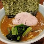 「武虎家」(西小山・網島・尾山台)は醤油も鶏油の甘みも強いガッツリでまろやかな家系ラーメン。無料のライスが濃厚スープにピッタリ!