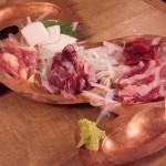 「馬肉料理専門店 馬野郎 学芸大学店」で馬刺し、馬の焼肉、すじ煮込み、桜ユッケの馬づくし~馬焼肉も岩塩・ワサビで食べたらウマかった