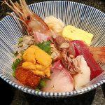 Sushi Dining 魚浜 学芸大店の海鮮丼は色鮮やかなネタで溢れ返り、そのおいしさに箸は加速。止まりません。この値段でこの量・クオリティはお得です。