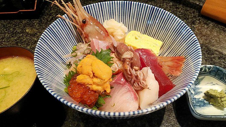 色鮮やかでボリューミーな魚浜の海鮮丼